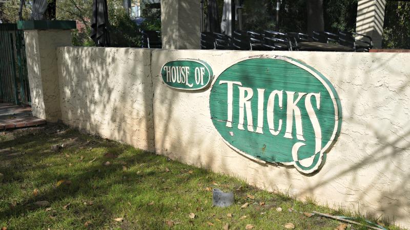 House-Tricks-sign