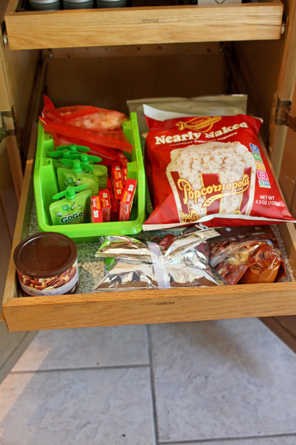 Frustrated by the state of your pantry? If you can't find a single thing you are looking for here is the solution. 3 EASY ways to organize your spices, kid's snacks and all those empty bags you have hanging out!